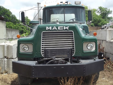 1993 Mack DM690S - Mack Concrete Mixers