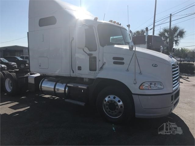 2010 Mack PINNACLE CXU613 - Mack Freight Trucks
